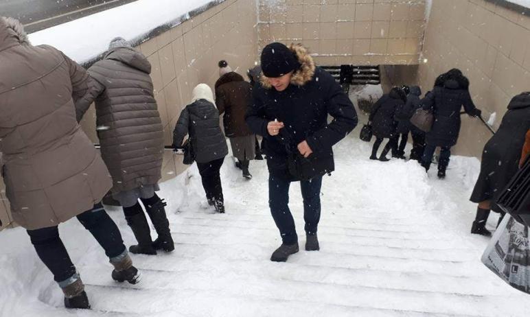 В Челябинске никто не занимается очисткой ступенек в подземных переходах. Они превратились в наст