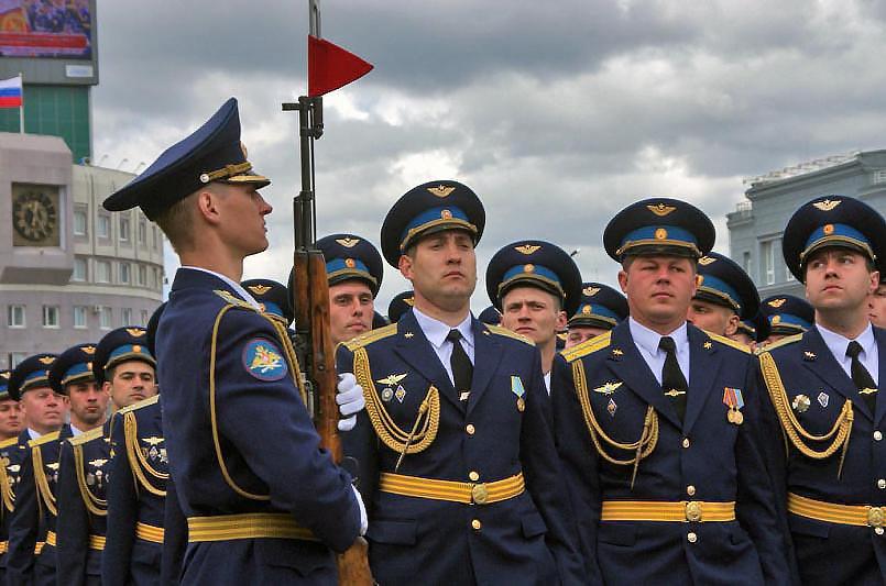 На белом полотнище нового Боевого знамени училища вышиты герб РФ и символы ВС РФ с одной стороны,