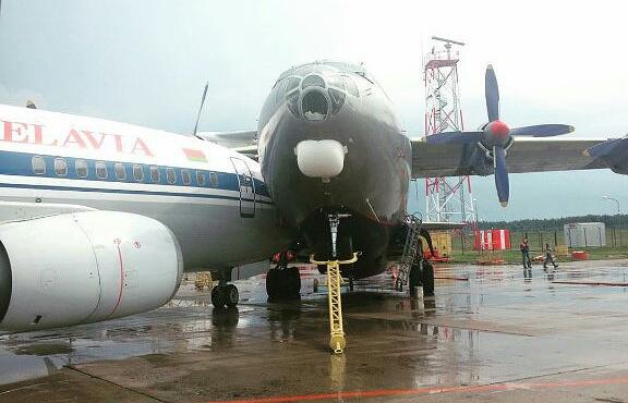 Как сообщили в авиакомпании «Белавиа», по факту столкновения самолетов проводится проверка.