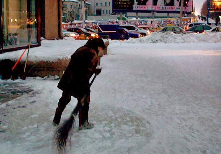 В Челябинске спецтехника вовсю борется с последствиями снегопада, начавшегося сегодня, 31 октября