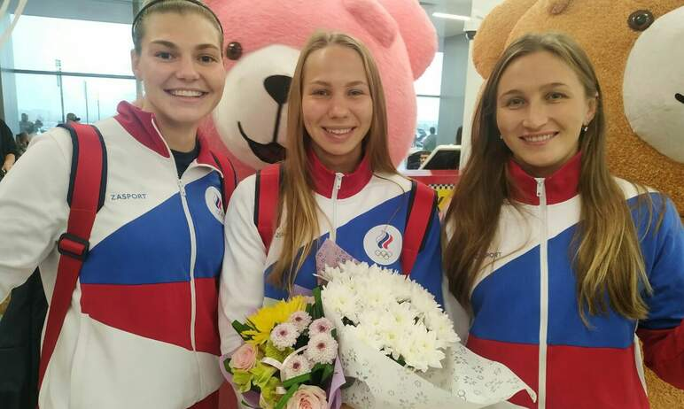 С ростовыми куклами, девушками на ходулях и шоу с барабанами встретили в челябинском аэропорту тр