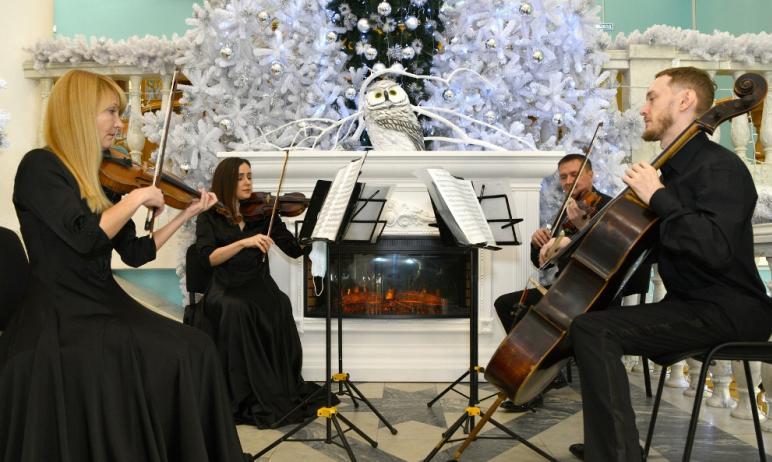 Областная филармония отметила 15-летие галереи «Гармония», существующей в интерьерах концертного