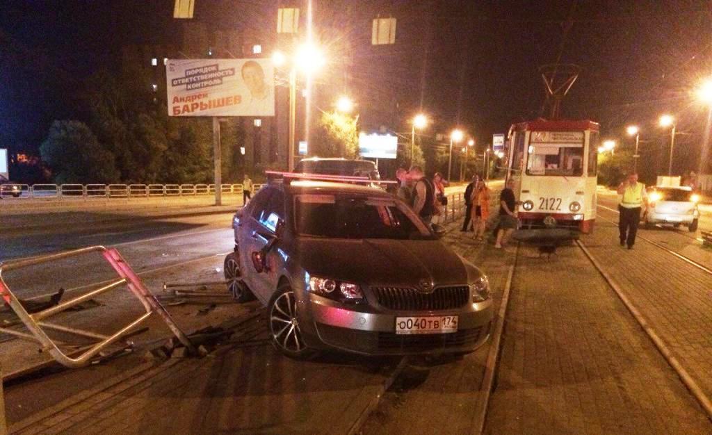 От столкновения «Шкоду» отбросило на остановку общественного транспорта. В результате дорожно-тра
