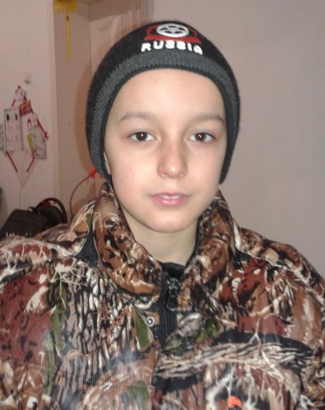 Ребенок худощавого телосложения, рост 100-110 см, волосы короткие темного цвета, глаза карие. Был