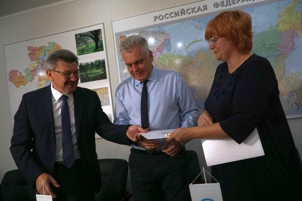 Документ подписали секретарь местного отделения партии, председатель горсобрания Алексан