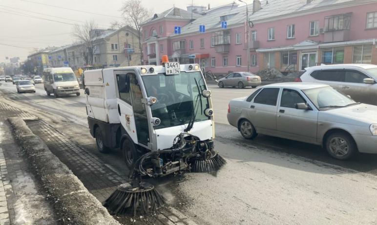 В Челябинске подрядчики вывели на уборку дорог от пыли вакуумные пылесосы и подметально-уборочные