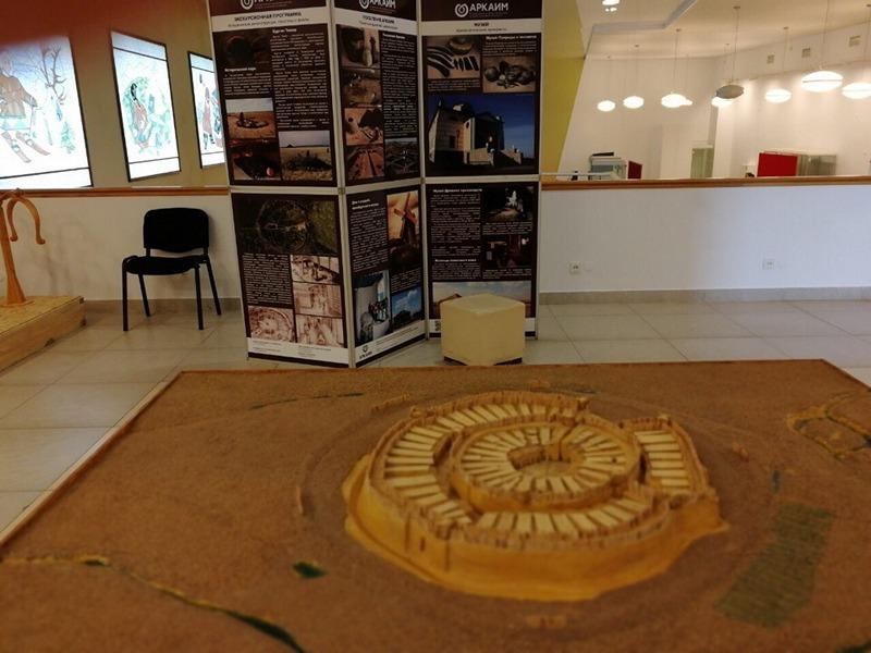 На Уральском культурном форуме в Екатеринбурге принимает гостей выставка «Аркаим – древнее насле