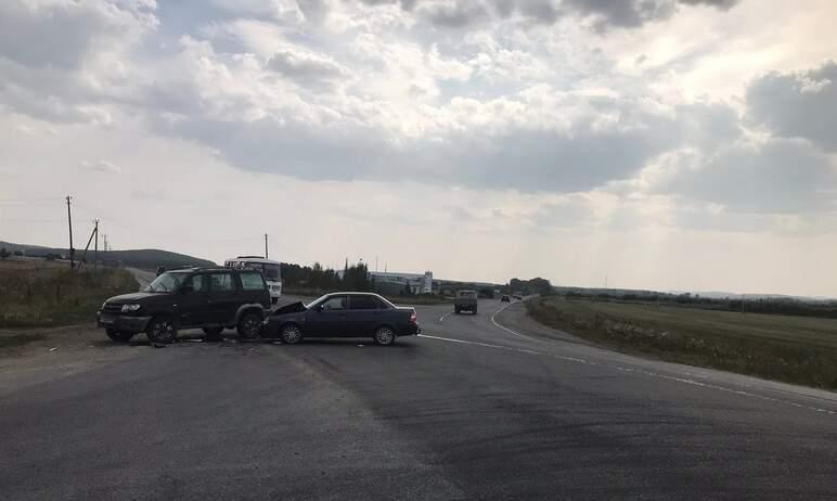 В Миассе (Челябинская область) водитель отечественной легковушки не уступил дорогу УАЗу. В резуль