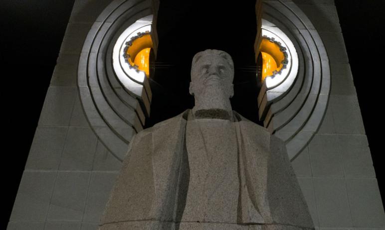 Жителям Челябинска пришлась по душе архитектурно-художественная подсветка памятника Курчатову.