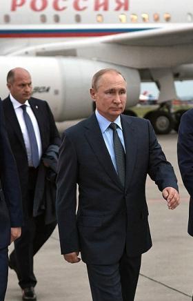Президент России Владимир Путин прилетел в Магнитогорск (Челябинская область). У трапа главу госу