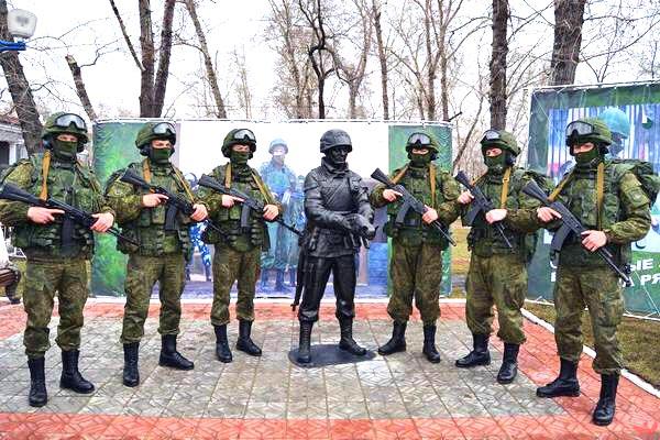 Скульптура экипированного солдата спецназначения с котенком на руках выполнена в натуральную вели