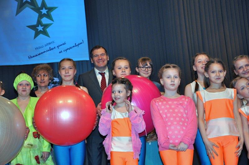 Юные певцы и танцоры из пяти районов города представили на суд зрителе