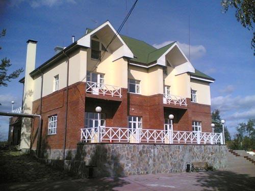 Санаторий расположен на границе Челябинской и Свердловской областей, у подножия Вишневых гор, на