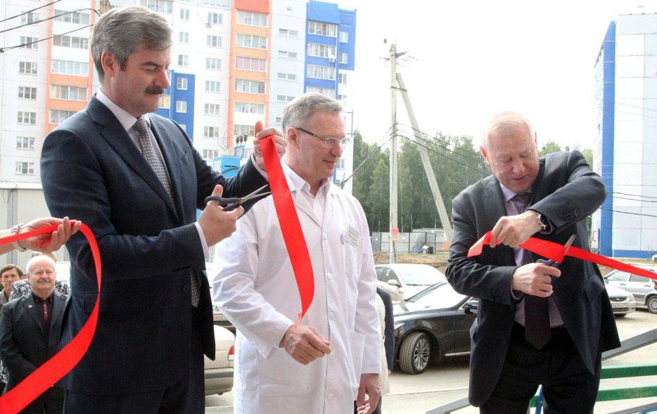 Теперь жителям нового района стала доступнее терапевтическая помощь. Символическую красную ленточ
