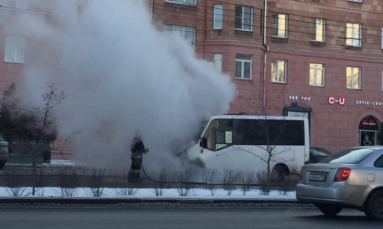 В Челябинске на проспекте Ленина снова вспыхнуло маршрутное такси. Информации о пострадавших пока