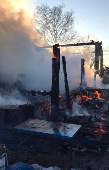 В Копейске (Челябинская область) в результате крупного пожара дотла выгорел частный дом. В огне е