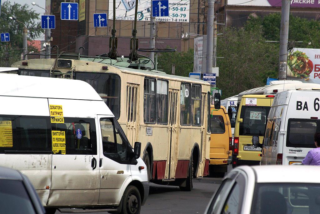 На «Краснопольском проспекте» пассажирка попросила остановиться. Женщина быстро вышла, а вот след