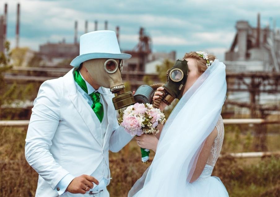 В суровом Челябинске молодые люди отпраздновали суровую южноуральскую свадьбу в армейских противо