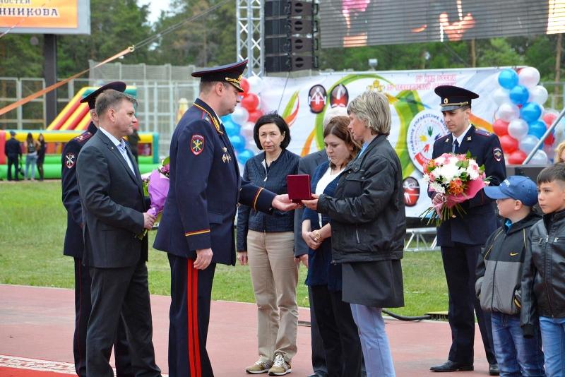 Семье погибшего инспектора ДПС, которого сбил в Травниках бывший хоккеист, вручили орден Мужества