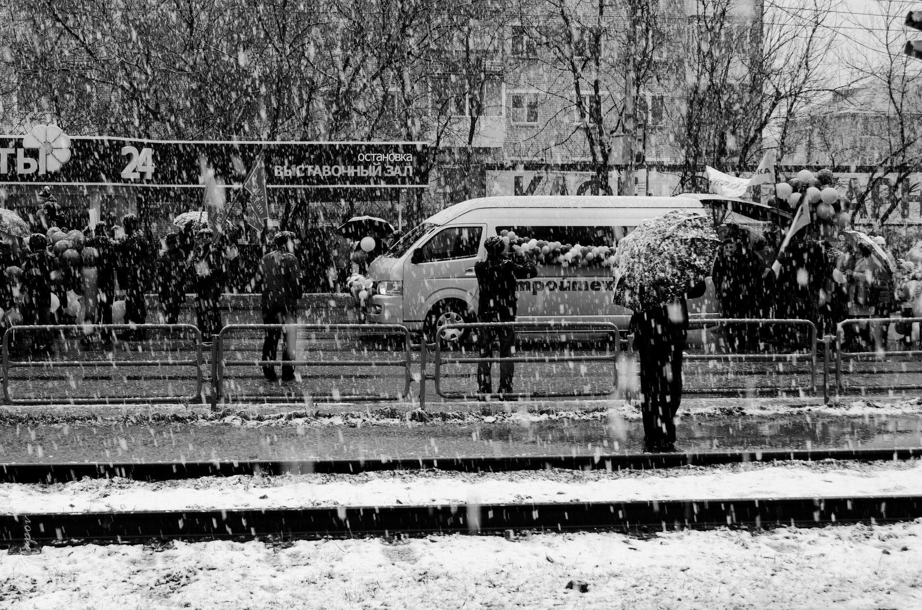 Праздник весны и труда, первое мая, часть жителей Челябинской области встречает со снегом.