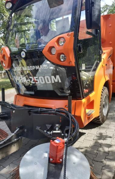 В Челябинск прибыло шесть новые мини-пылесосов УКМ-2500 производства Курганского завода дорожных