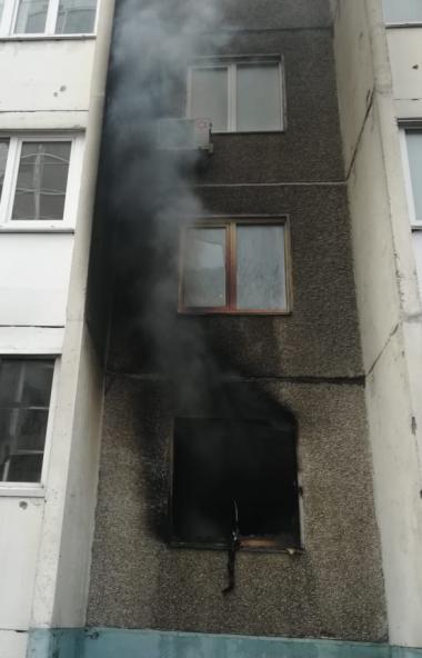 В Челябинске загорелась квартира в многоквартирном доме. Два человека госпитализированы.