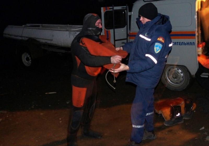 Поисково-спасательные работы на Аргазинском водохранилище не прекращаются. Спасатели осуществляют