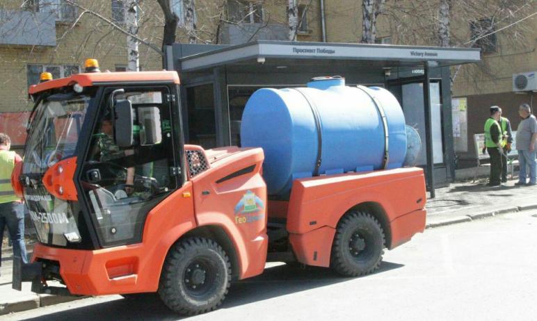 В Челябинске началась массовая санитарная очистка города от грязи и пыли.Ведется полная очи