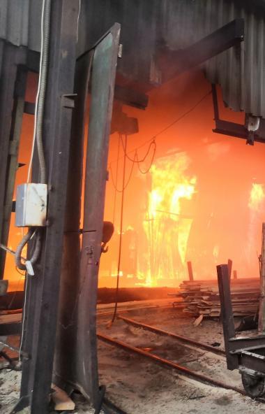 60 газовых баллонов эвакуировали огнеборцы Челябинска при тушении пожара в ангаре с древесиной. У