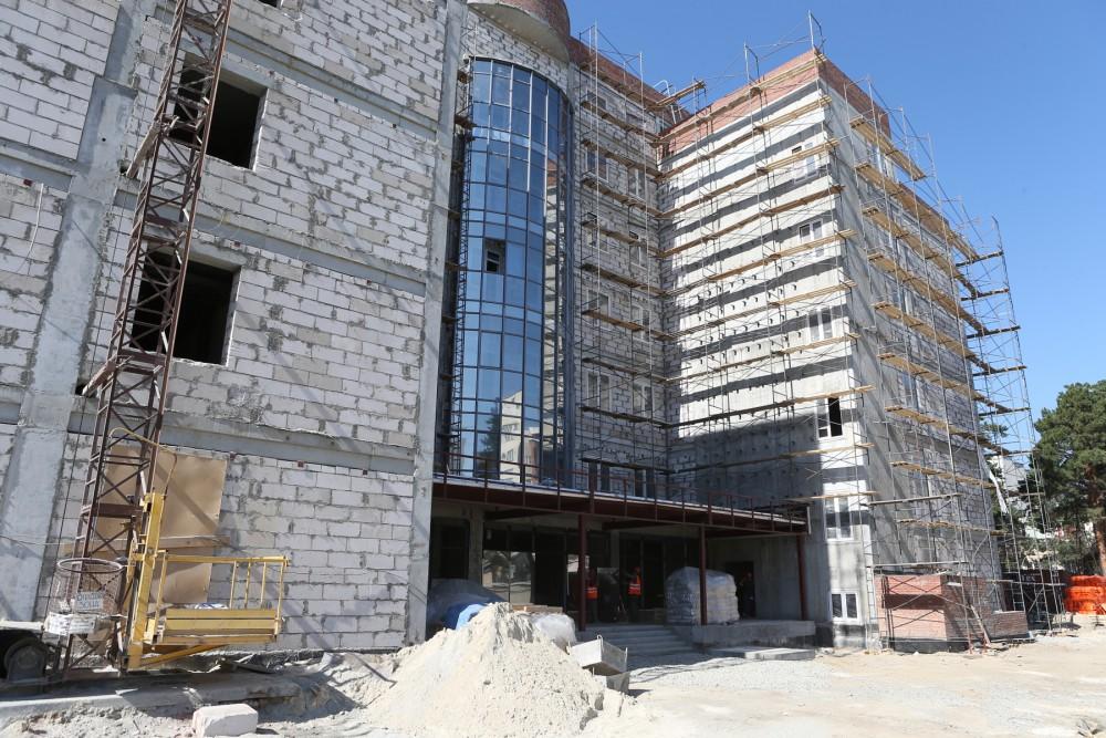 Стройка стартовала по решению главы региона в октябре 2015 года и финансируется строительство иск