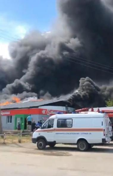 В Пласте (Челябинская область) пожарные заканчивают тушитьмагазин на улице Клары Цеткин, у