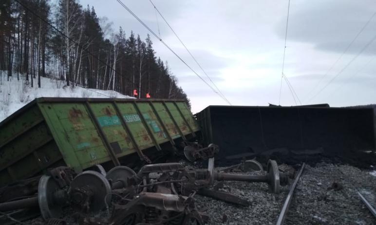 Предварительной причиной схода вагонов на перегоне Сыростан-Хребет Южно-Уральской железной дороги