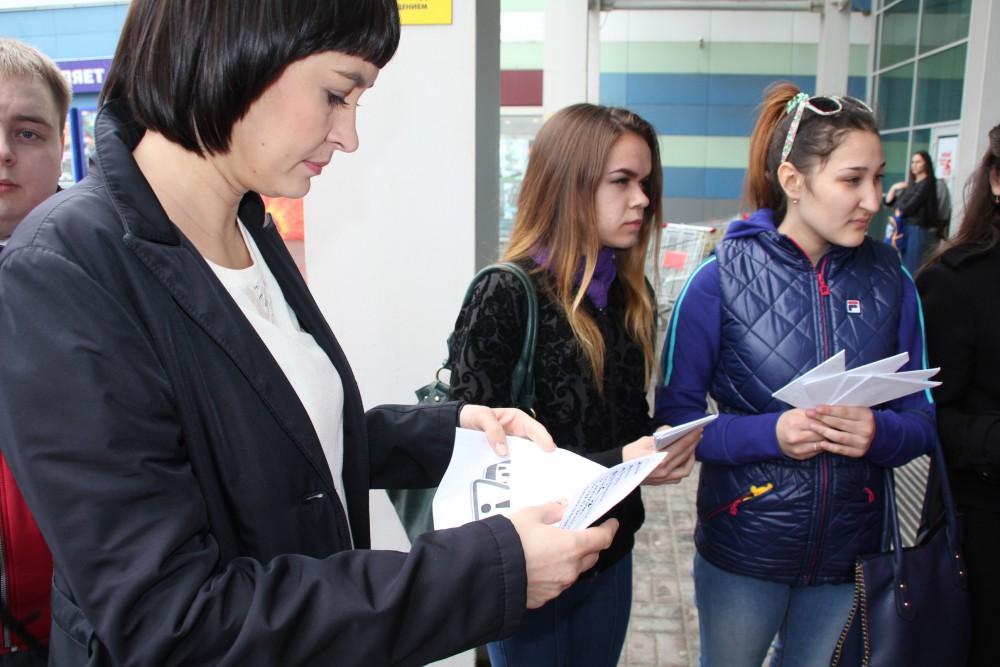 Как сообщили организаторы мероприятия, в ходе акции ребята раздавали автолюбителям детские деклар
