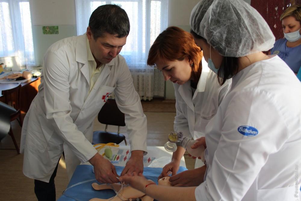 В Копейском роддоме показали, как надо экстренно спасать только что родившихся детей. Тренинг по
