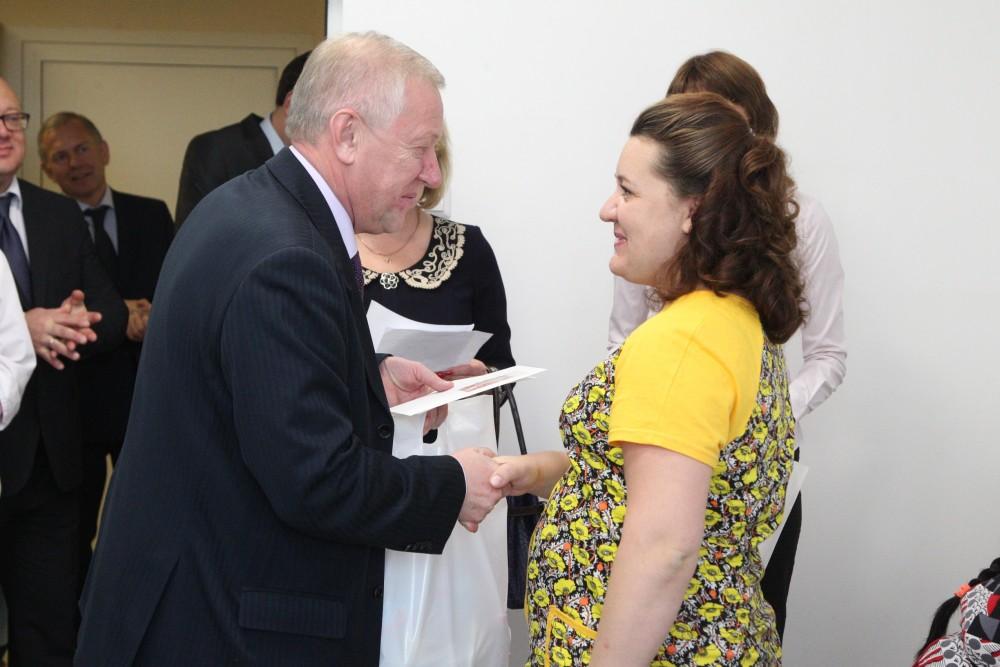 Сегодня, 16 сентября, Глава города Евгений Тефтелев приехал в роддом № 9, чтобы поздравить женщин