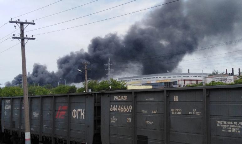 Сегодня, 15 июня, в Челябинске загорелась кровля склада возле ЧЭМК. Площадь пожара уже достигла т