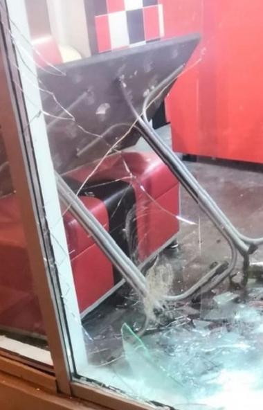 Шаурма и бургеры не понравились? В Челябинске трое пьяных молодых парней избили кассира бургерной