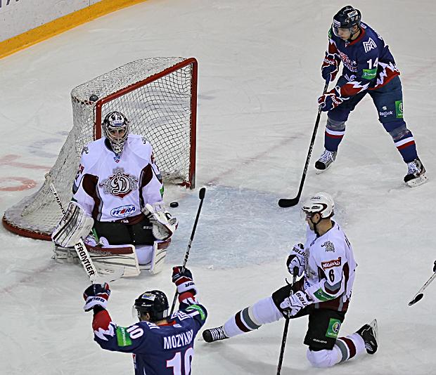 Как сообщает пресс-служба ХК «Металлург», до конца второго периода матч проходил в равной борьбе.