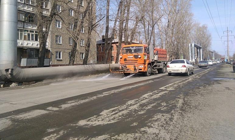 В Челябинске сегодня, десятого апреля, подрядчики начали мыть (обеспыливать) проезжие части с пом