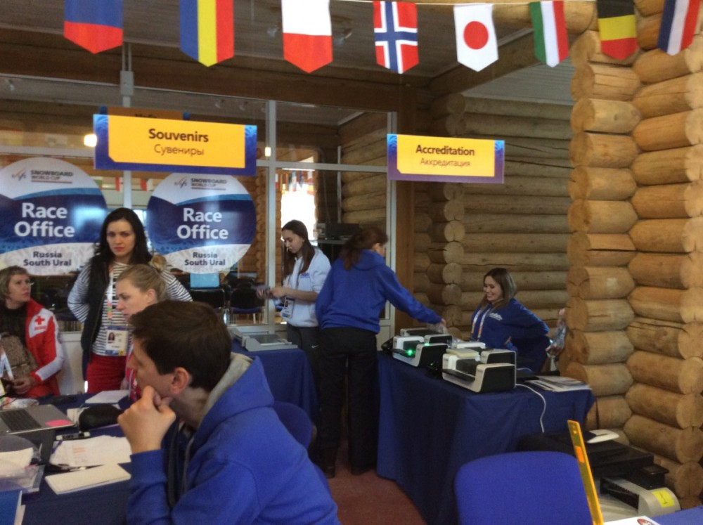 По уже сложившейся традиции, в аэропорту Челябинска спортсменов встретили волонтеры. Также в Челя