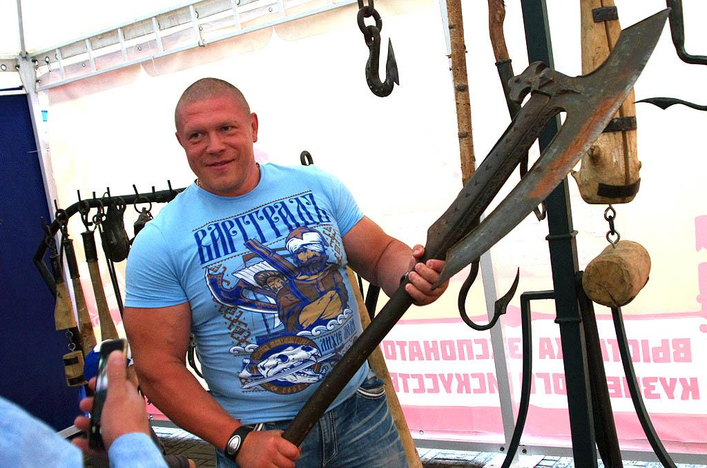 Но уже в минувшие выходные горожане и гости Челябинска любовались уникальными работами ковалей из