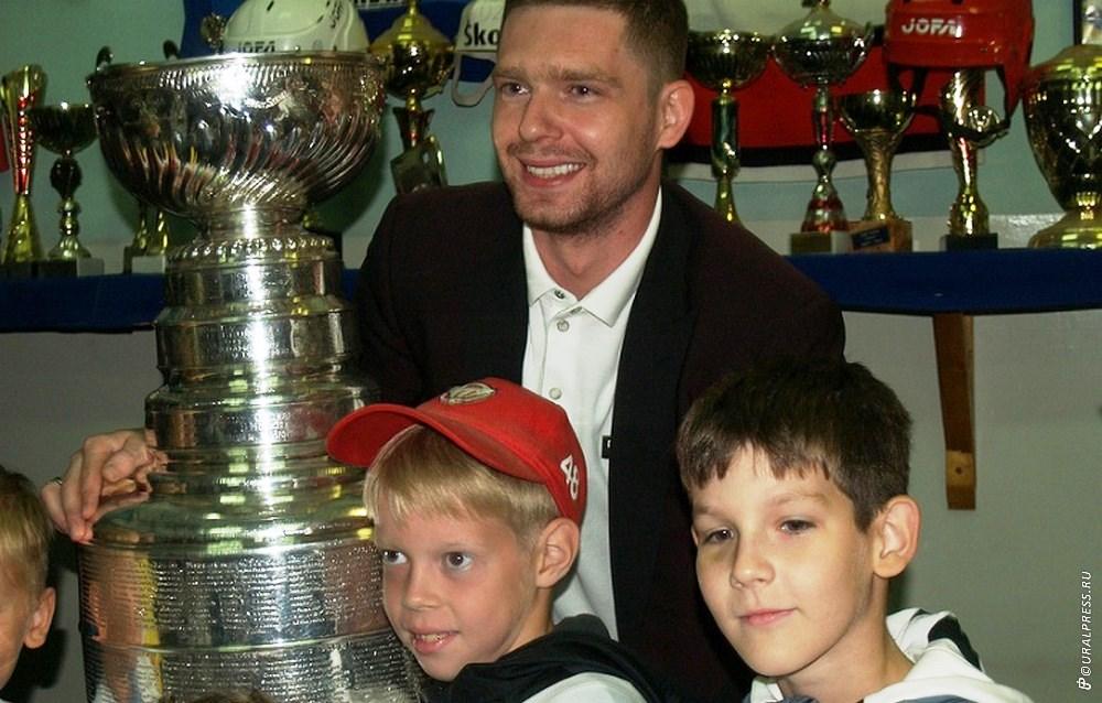 В среду, 15 августа, в Челябинск привезли долгожданный трофей Евгения Кузнецова - Кубок Стэнли. В