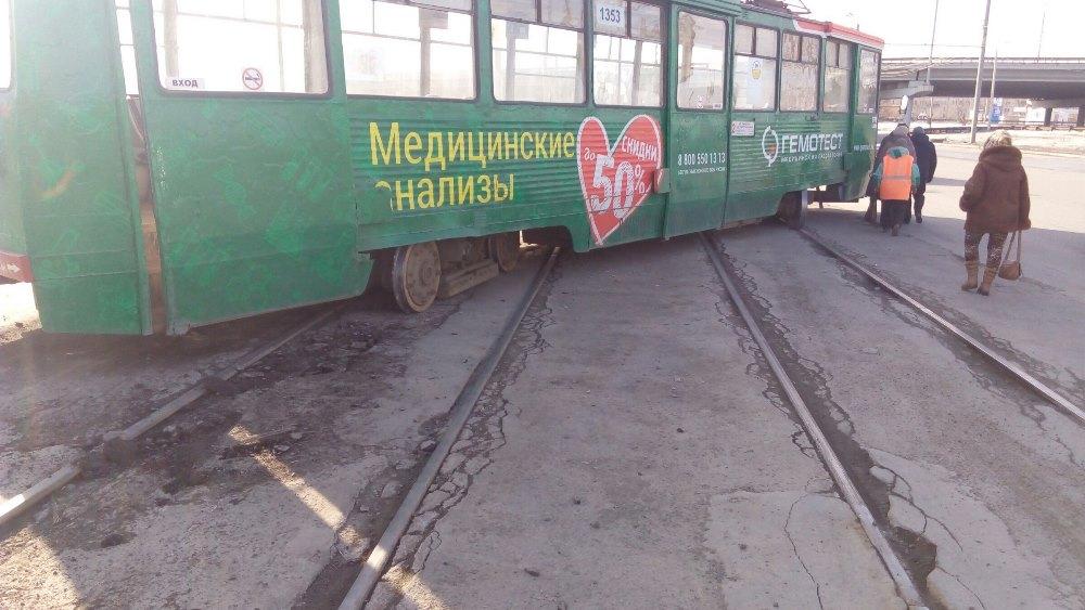 Как сообщается на странице «Подслушано в ГЭТе Челябинск», вагон сошел с рельсов под мостом в Лени