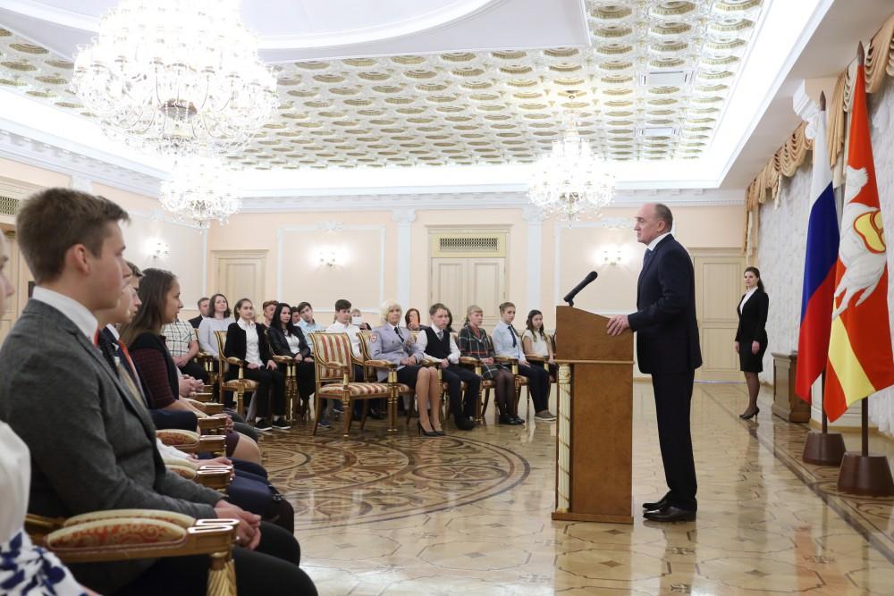 Губернатор Челябинской области Борис Дубровский 12 июня вручил паспорта 16 юным южноуральцам, кот