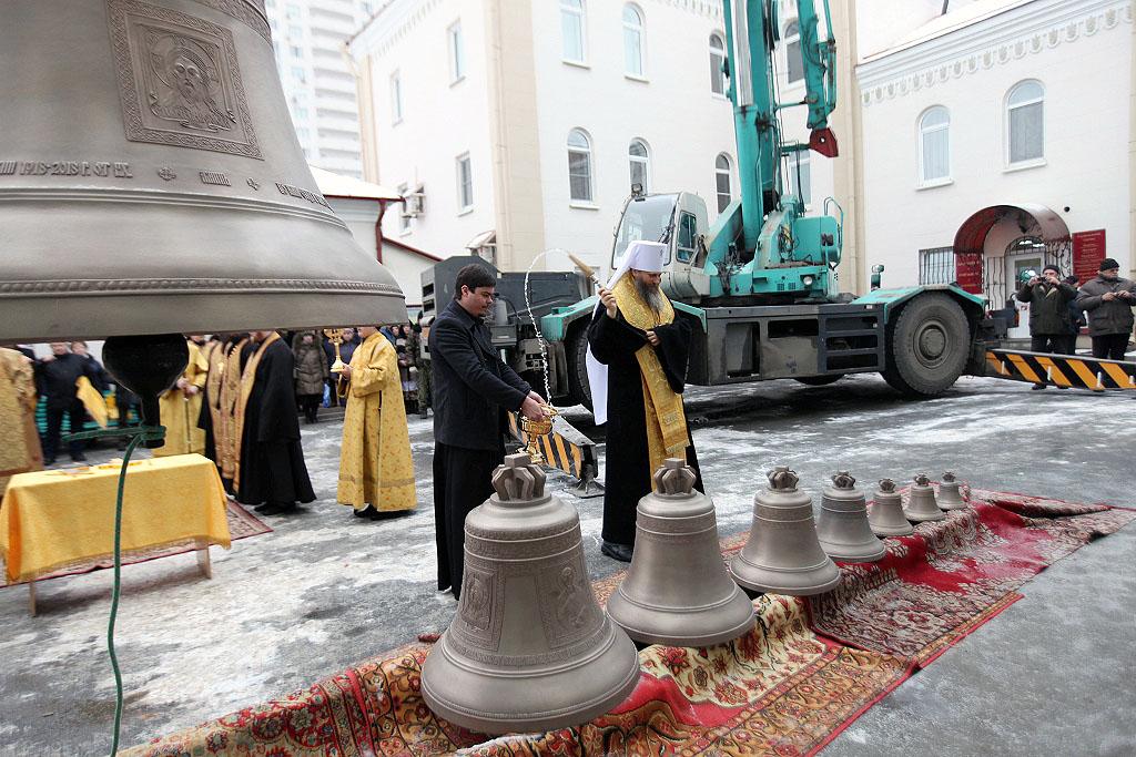 Девять новых колоколов, отлитых мастерами Каменска-Уральского, освятили для Свято-Симеоновского к