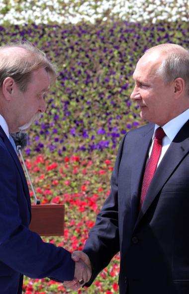 Сегодня, 12 мая, в День России на торжественной церемонии в Москве после поднятия Государственног