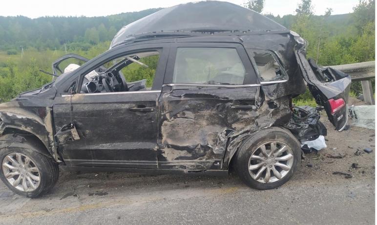 В Ашинском районе (Челябинская область) водитель автомобиля FAW в лобовую протаранил лесовоз. Он