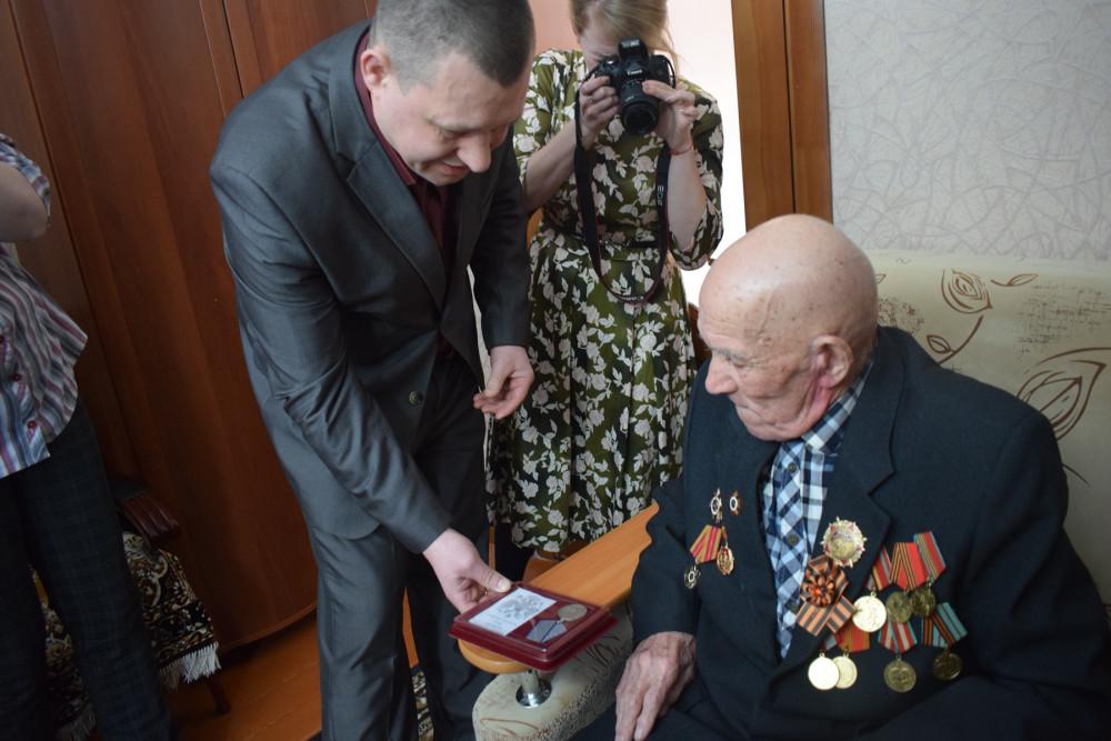 В День защитника Отечества фронтовику из Агаповского района, 94-летнему Ивану Кузнецову