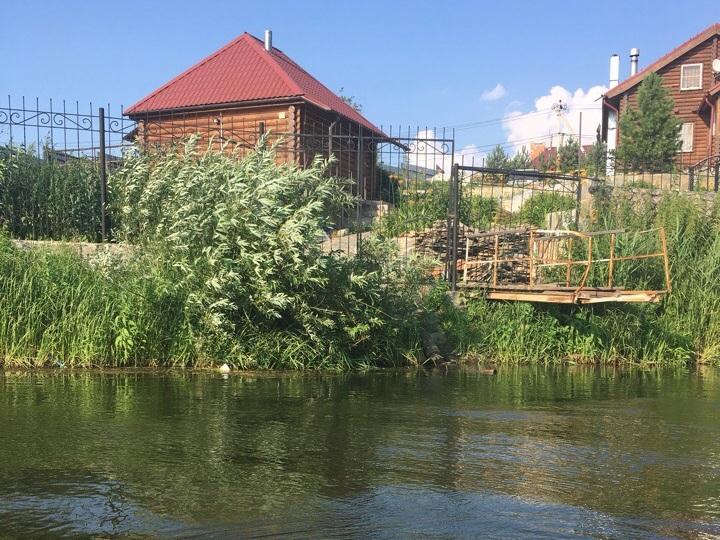 Жители частных домов в Полетаево-2 (Челябинская область) вынуждены сливать нечистоты в реку Миасс