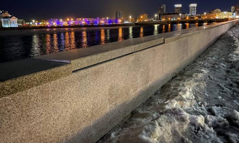 В Челябинске начал разваливаться гранитный парапет на набережной Миасса возле Краеведческого музе